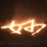 五山の送り火、燃え盛る「妙」に手を合わせ、題目踊りへ